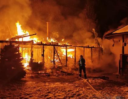 O cabană din Vârciorog s-a făcut scrum, din cauza unui coş de fum. Un adult şi trei copii s-au salvat singuri din incendiu (FOTO / VIDEO)