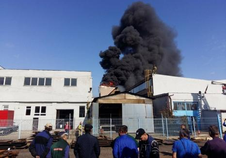 Incendiu în zona industrială a Oradiei: O clădire a luat foc, o persoană a ajuns la spital (FOTO/VIDEO)