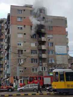 Incendiu puternic, în Oradea: Un apartament a luat foc, într-un bloc pe Bulevardul Decebal, locuitorii au fost evacuați (FOTO / VIDEO)