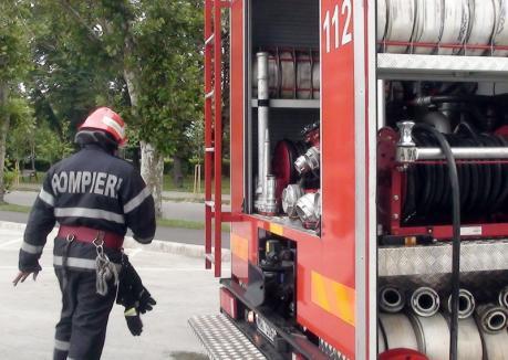 Fiţi cu băgare de seamă! Incendiu la un bloc din Oradea, pornit de la o lumânare lăsată să ardă aiurea
