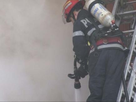 Un incendiu izbucnit la o casă din Oradea s-a extins şi la alte trei (FOTO)