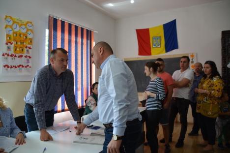 Bolojan în acţiune: Preşedintele PNL Bihor a descins la Haieu, acuzând că un PSD-ist stă ilegal în secţia de votare (FOTO / VIDEO)