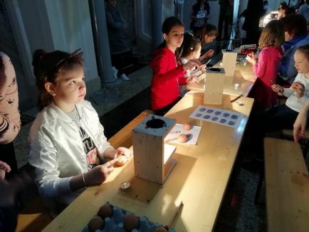 Bihorenii participă la atelierul de încondeiat ouă al Muzeului Ţării Crişurilor (FOTO)