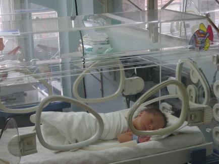 Organizaţia Salvaţi Copiii, o nouă donaţie pentru Maternitatea din Oradea: incubator în dotarea secţiei de Neonatologie