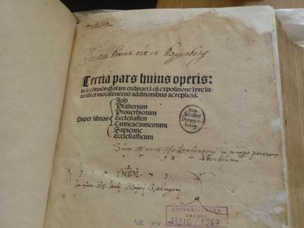 O ediţie comentată a Bibliei, veche de peste 500 de ani şi aflată în colecţia Bibliotecii Universităţii din Oradea, a fost restaurată (FOTO)