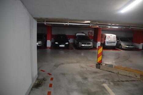 """""""Închideți-o urgent!"""" Parcarea subterană din Piaţa Independenţei 'lăcrimează' pe la îmbinări (FOTO/VIDEO)"""