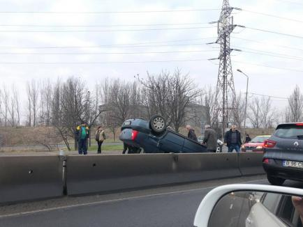 Cu roţile în sus! Un Logan s-a răsturnat, pe şoseaua de centură din Oradea (FOTO)