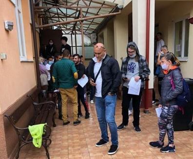 Înghesuială la o clinică din Oradea: Cei care vor să-şi facă analizele pentru şcoala de şoferi stau la rând cu orele (FOTO)