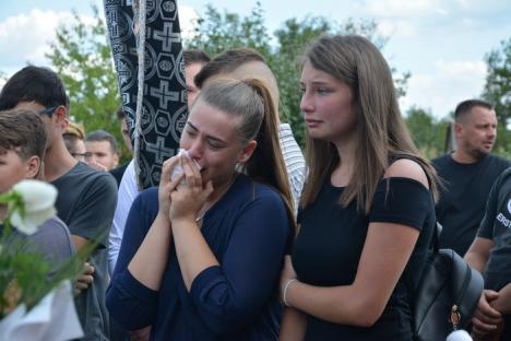 Ultima medalie: Tânărul ucis cu motocoasa la Ţeţchea, condus pe ultimul drum de colegii karateka şi de un alai uriaş (FOTO)