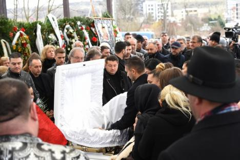 Peste 800 de persoane, între care şi Adrian Copilul Minune, la înmormânarea lăutarului Strugurel de la Oradea. A fost pus în groapă pe melodia sa 'Am avut şi eu o viaţă' (FOTO / VIDEO)