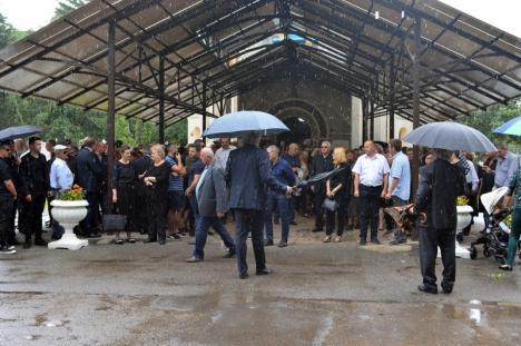 Fostul primar al Oradiei, Mihai Sturza, a fost condus pe ultimul drum, pe ploaie, de circa 150 de apropiaţi şi colaboratori (FOTO / VIDEO)