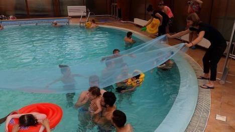 Copiii cu deficienţe de la CSEI Cristal au descoperit vara, prin înot senzorial (FOTO)