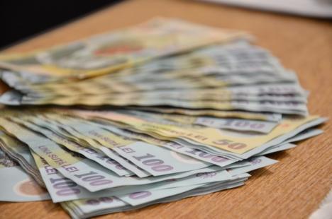 Românii îşi dau toţi banii pe taxe şi mâncare