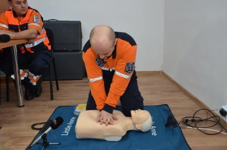 Orădenii învaţă să salveze vieţi: Voluntarii Serviciului de Ambulanţă Bihor vor merge din casă în casă pentru a preda cursuri de prim ajutor (FOTO)