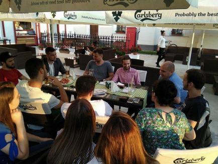 La pizza cu primarul: Studenţii basarabeni au ieşit în oraş cu Ilie Bolojan (FOTO)
