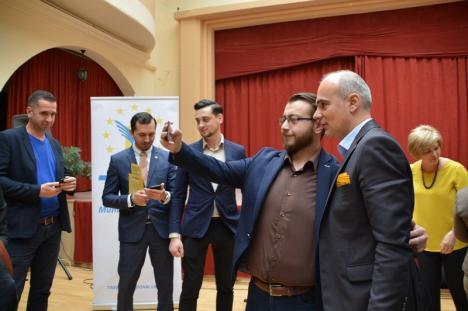 PNL-istul Rareş Bogdan s-a întâlnit cu tinerii la Oradea şi le-a spus cum vrea să debirocratizeze proiectele europene (FOTO/VIDEO)