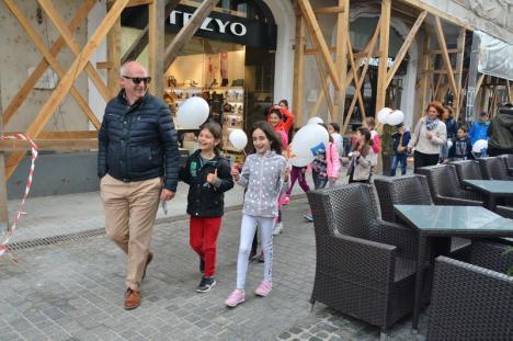 Cioloş, mică baie de mulţime în centrul Oradiei, în cojoc de Beiuş. L-a primit de la oamenii locului (FOTO / VIDEO)