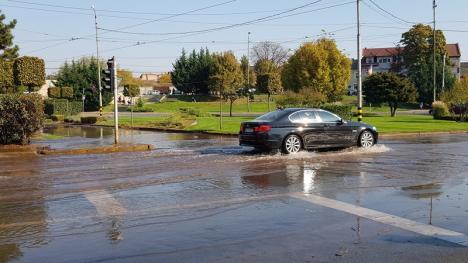 Pârâu în mijlocul oraşului: Maşinile şi tramvaiele au circulat prin apă, la intersecţia dintre bulevardele Dacia şi Decebal (FOTO / VIDEO)