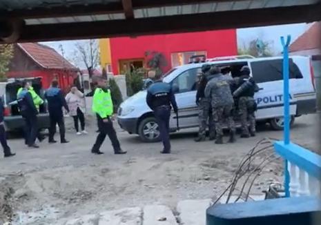 Scandal cu focuri de armă în Bihor: Trei bărbaţi şi o femeie au fost reţinuţi după ce i-au atacat pe poliţiştii chemați să aplaneze un confict (VIDEO)