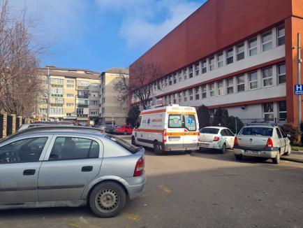 Un muncitor a căzut pe acoperişul Spitalului Pelican din Oradea. Pompierii l-au coborât cu nacela (FOTO / VIDEO)