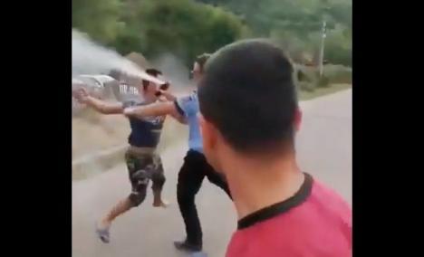 Se întâmplă în Sălaj! Bătaie între poliţişti şi mai mulţi localnici în timp ce încercau aplanarea unui conflict (VIDEO)