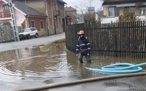 Inundaţii pe DN 76 în Bihor: Zăpada topită de pe versanţi a îngreunat circulaţia rutieră