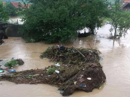 COD ROŞU pe Valea Fâneţelor în Bihor: Risc de viituri majore, populaţia e rugată să se adăpostească!