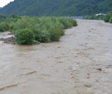 13 case din comuna Roşia au rămas izolate din cauza revărsării unui râu