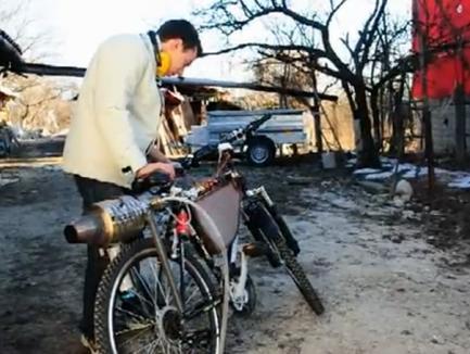 La 19 ani, a construit bicicleta cu motor cu... reacţie