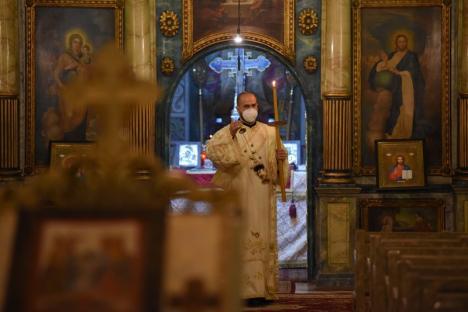 Premieră istorică. Creştinii ortodocşi şi greco-catolici orădeni au sărbătorit Învierea Domnului cu bisericile închise sub paza Poliţiei (FOTO / VIDEO)