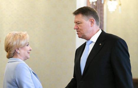 Iohannis contra Dăncilă: Preşedintele se autoinvită la şedinţele de Guvern, premierul încearcă să-l oprească