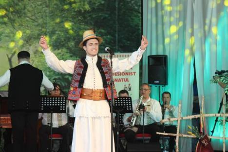 Tânăr interpret de muzică populară din Oradea, locul I la festivalul naţional 'Din comoara satului' (VIDEO)