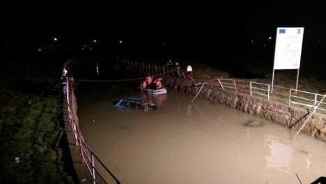 Accident teribil lângă Cauaceu: Un Audi a sărit de pe şosea şi a aterizat într-un canal colector (FOTO / VIDEO)