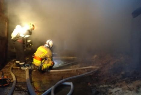 Incendiu violent, în miez de noapte: Şopronul unei case din Bihor s-a făcut scrum (VIDEO)