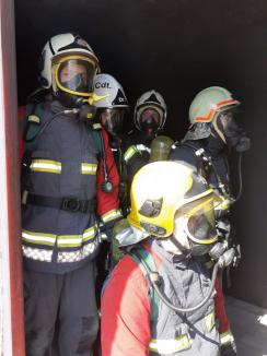 Noi dotări pentru pompierii din Bihor: Containere în care simulează incendii grave (FOTO / VIDEO)