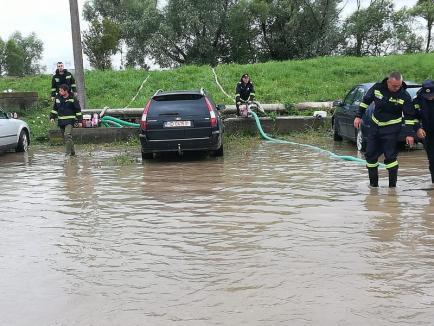 Pompierii bihoreni intervin pentru combaterea inundaţiilor din Sibiu (FOTO)
