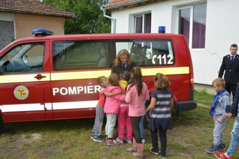 Pompierii bihoreni 'salvează' dragostea de carte: Au donat cărţi elevilor din trei şcoli rurale (FOTO)