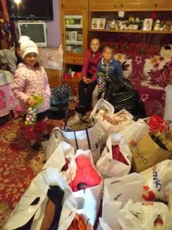 """Pompierii au """"salvat"""" sărbătorile pentru 10 familii sărmane din Bihor (FOTO)"""