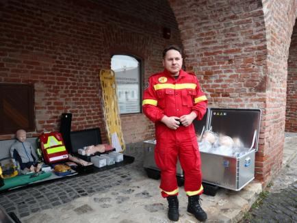 Pompierii au maşină nouă: Paramedicii din subunităţile din Bihor se vor pregăti cu ajutorul unui centru mobil de formare (FOTO / VIDEO)