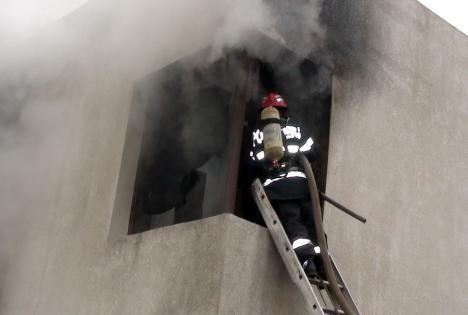 Incendiu în Oradea: Un bărbat imobilizat la pat a fost salvat de pompierii ISU Crişana