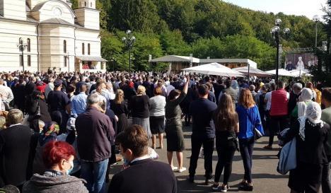 Vizita Patriarhului Daniel a adunat mii de credincioşi la Izbuc. Oamenii au uitat de regulile de distanţare (FOTO / VIDEO)