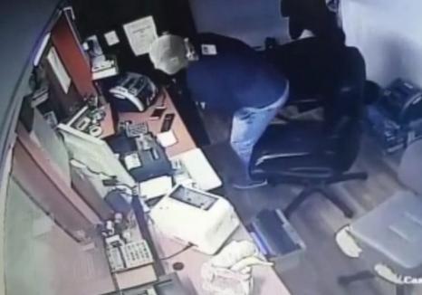 Jaf la o casă de schimb valutar din Oradea. Tâlharul a fost prins chiar de angajatul firmei și de trecători, care l-au băgat în spital! (FOTO)