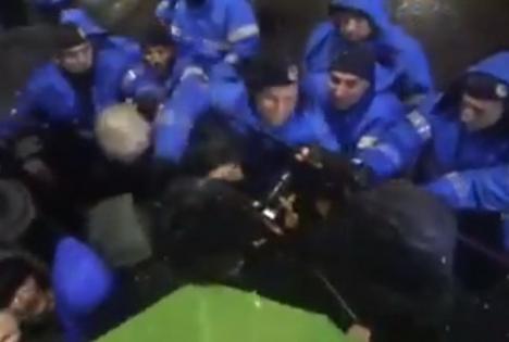 Filmarea care a provocat revoltă pe internet: Un jandarm dă cu pumnii în protestatarii din Bucureşti (VIDEO)
