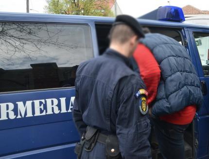 Cei doi jandarmi anchetaţi pentru că strângeau taxe de protecţie de la contrabandiştii din piaţă, trimişi în faţa instanţei militare