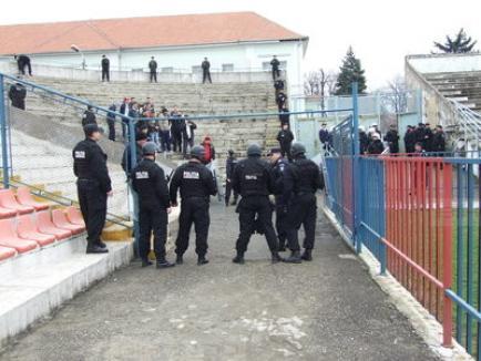 Jandarmii au 'ac' de cojocul suporterilor care recurg la violenţă