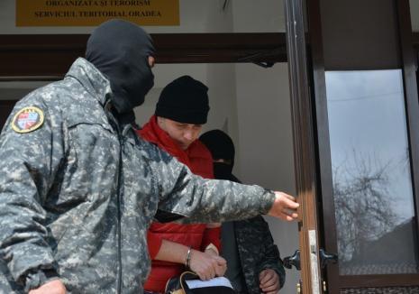 Arestare în zori: Jandarmul Dan Marius Mendea şi 7 traficanţi din gruparea pe care o aproviziona cu droguri au ajuns după gratii