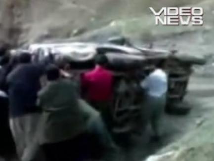 După ce pun pe roţi o maşină răsturnată, o împing la vale! (VIDEO)