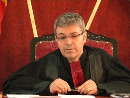 Drag de infractori: Judecătorul inculpat Ovidiu Galea ține morțiș să judece la secţia penală
