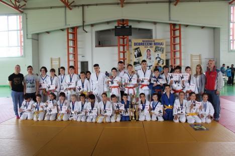 """56 de clasări pe podium la Memorialul """"Mihai Debreceni"""" pentru tinerii judoka orădeni"""