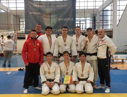Clasări pe podium pentru judoka orădeni la Naţionalele de tineret pe echipe şi Ne Waza de la Drobeta Turnu Severin